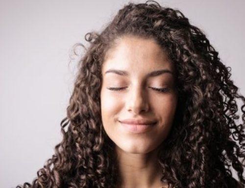 Cheveux bouclés, frisés et crépus : mieux les comprendre pour mieux en prendre en soin